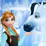 Анна ухаживает за лошадью