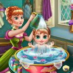 Анна купает малыша