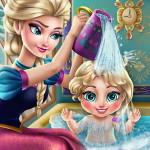 Эльза купает малыша