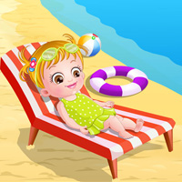 Маленькая девочка играет на пляже